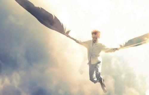 Bambino che vola con delle piume