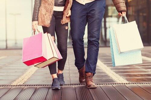 Coppia che fa shopping abitudini che impoveriscono la mente
