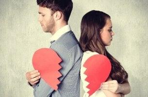 Coppia con un cuore spezzato miti sull'infedeltà