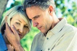 Coppia di adulti tristi per la crisi di mezza età