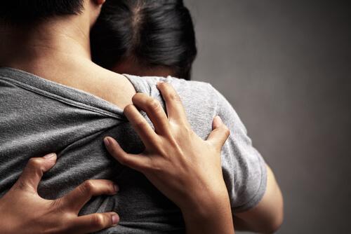 Donna abbracciata ad un uomo e che ha paura dell'abbandono