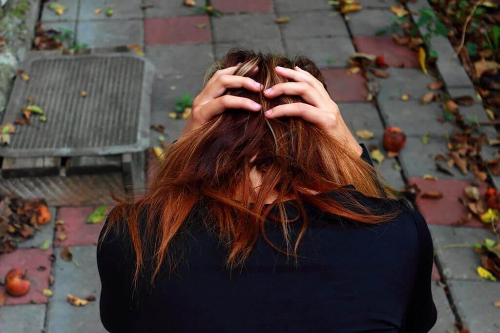 Donna ansiosa con le mani sulla testa