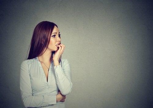 Donna ansiosa per il lavoro