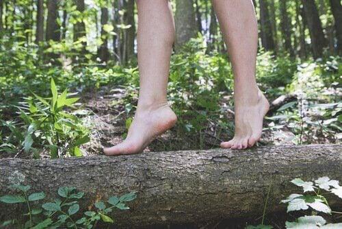 Donna cammina a piedi nudi su un tronco essere più felici
