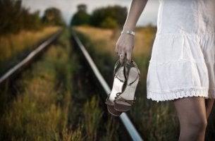 Donna che cammina scalza