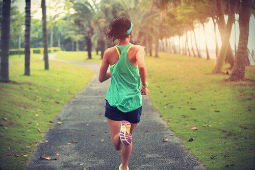 Donna che corre lo sport fa bene al cervello