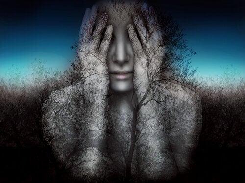 Donna che si copre gli occhi con le mani