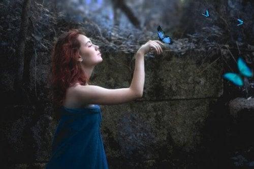 Donna con farfalle celesti