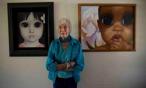 Donna con quadri