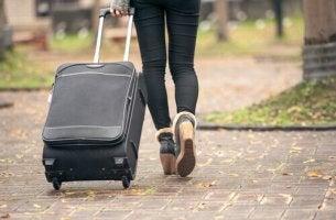 Donna con valigia