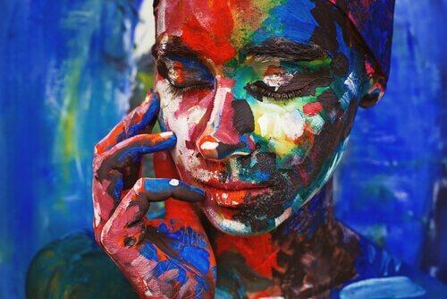 Donna dipinta con molti colori, simbolo dell'investimento nella conoscenza