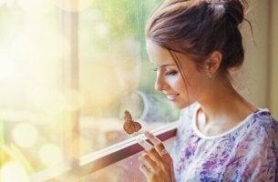 Donna con farfalla che cerca di conoscersi meglio