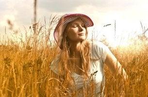 Donna rilassata in un campo di grano tecniche di controllo emotivo