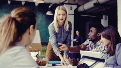 Donna leader del gruppo di lavoro