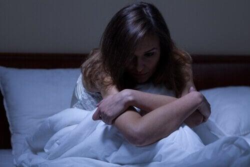 Donna a letto con insonnia