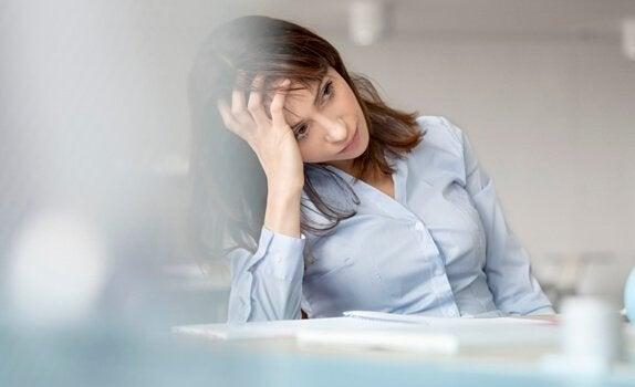Donna con una mano in testa che rappresenta i 5 motivi per cui la psicoterapia può fallire