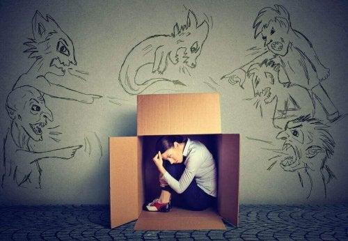Donna nascosta in una scatola per evitare le critiche