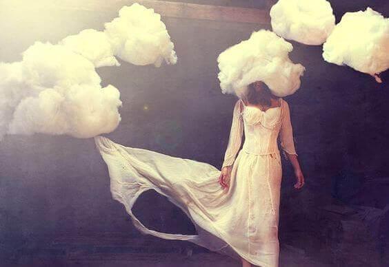 Donna con nuvola in testa