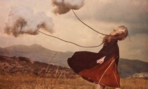 Donna legata a delle nuvole