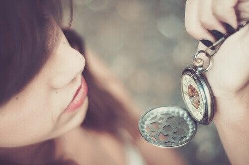 Donna che guarda orologio da taschino