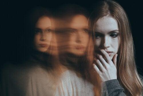 Donna bisognosa compulsiva con sdoppiamenti del volto