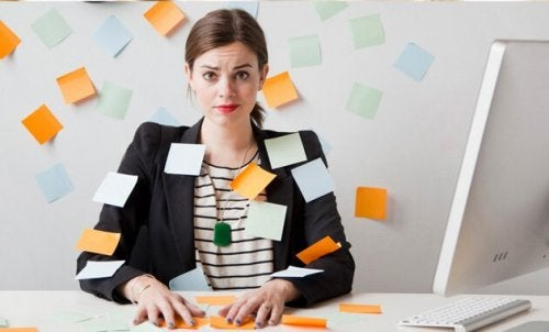 Donna ricoperta di post-it
