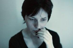 Donna preoccupata disturbo da somatizzazione