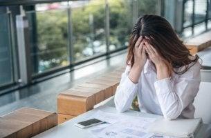 Donna preoccupata e ansiosa per il lavoro ergofobia