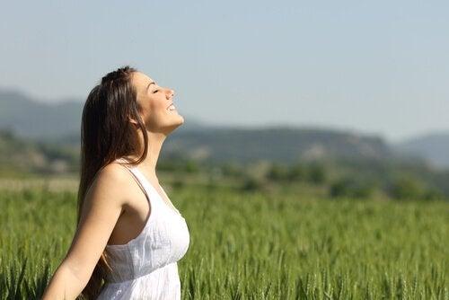 Donna che respira in mezzo a un campo