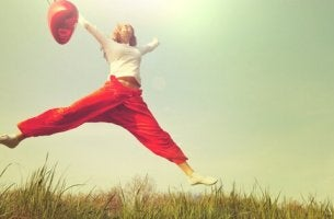 Donna che salta con un palloncino