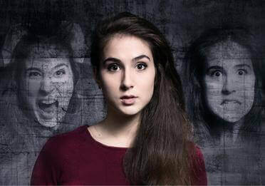 Donna schizofrenica con allucinazioni