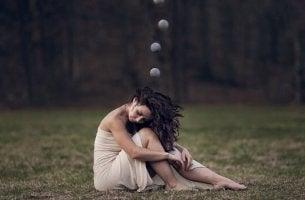 Donna con sfere sopra alla testa