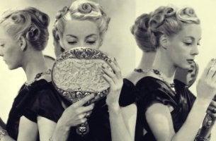 Donna che si guarda allo specchio narcisismo eccessivo