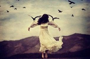 Donna sorretta da uccelli nodi emotivi
