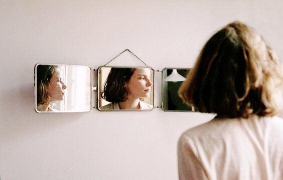 Donna e specchi