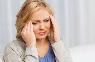 Donna stanca per via della sindrome del caregiver