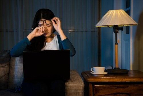 donna stanca al pc non riesce a staccare la spina dal lavoro