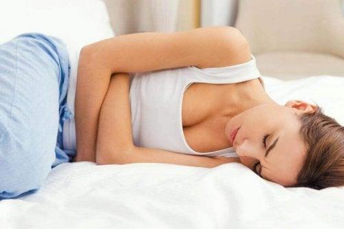 Donna con dolore allo stomaco da stress
