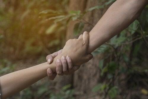 due braccia che si afferrano