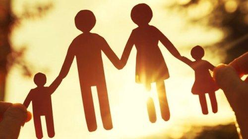 Famiglia di carta che si tiene per mano
