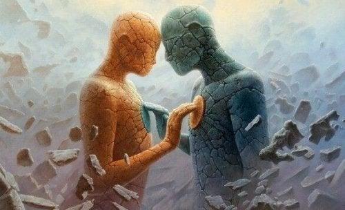 Figure di pietra che si toccano il petto