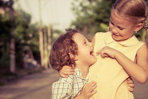 Fratelli che giocano felici