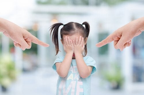 Genitori che puntano il dito contro la figlia