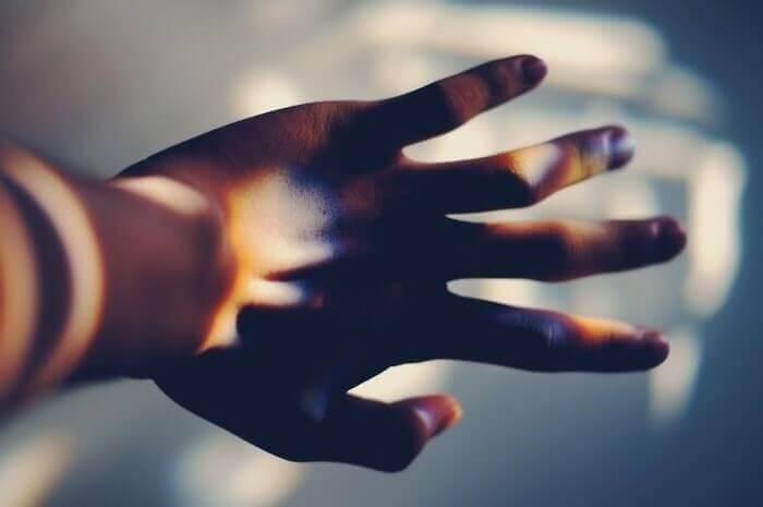 Giochi di luce sulla mano