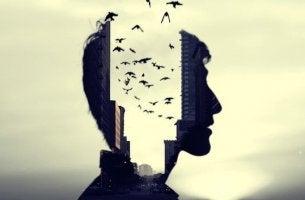 Immagine di mente come città con palazzi e uccelli che volano