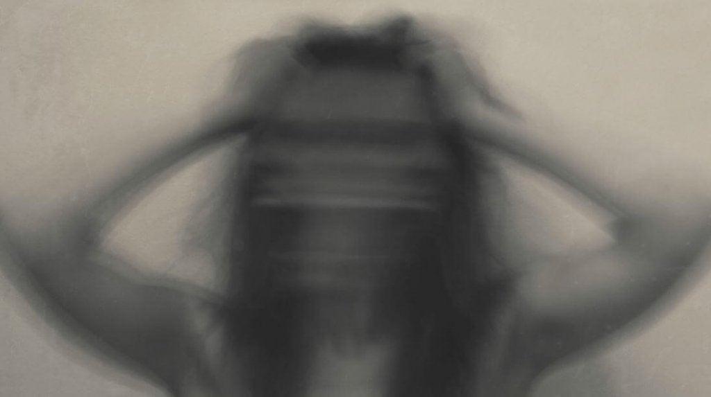 Immagine sfocata di donna ansiosa