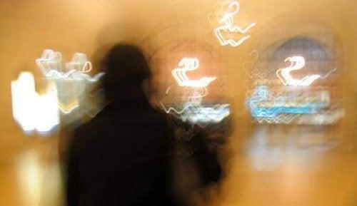 Immagine sfocata di una persona