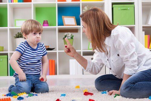 Mamma che sgrida il figlio