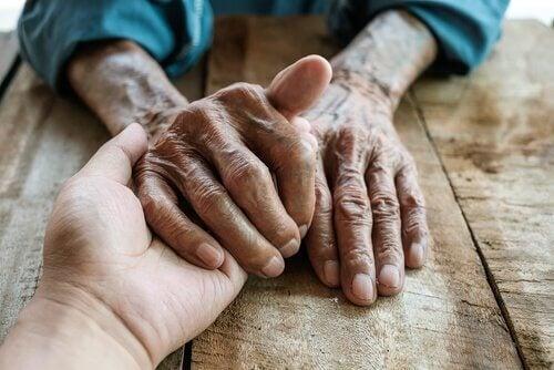 Mani di un anziano