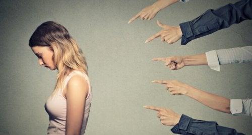 Mani che incolpano donna